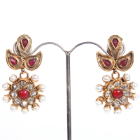 Crafted fashion earrings